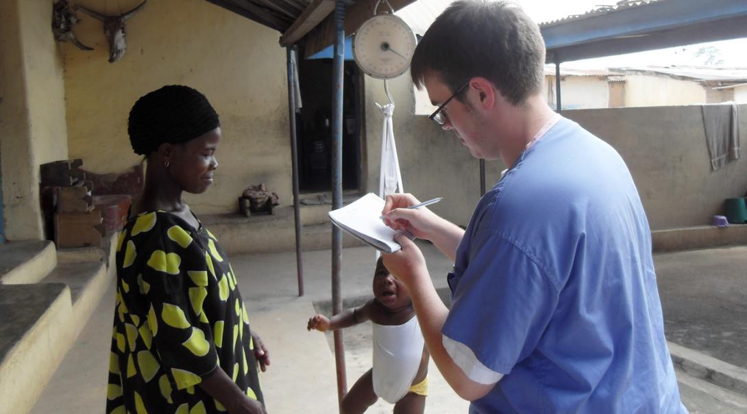 ガーナの母親になった現地人女性のサポートを行う助産師インターン